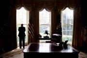 Macht macht einsam: Donald Trump in seinem Oval Office. (Bild: Andrew Harnik (AP))