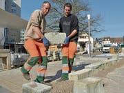 Stefan Krähenbühl und David Keller von der Gemeindegärtnerei Weinfelden bauen eine Steinmauer auf. (Bild: Mario Testa)
