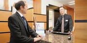 Stimmungs-Check beim Mitarbeiter: Bankleiter Ruedi Bleichenbacher im Gespräch mit Kundenbetreuer Remo Näf. (Bild: Mario Testa)