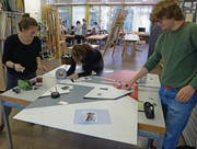 Im Werkraum: Die Studenten des Vorkurses arbeiten am Wandbild. (Bild: pd)