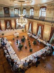 Der Gemeinderat im Grossen Bürgersaal des Rathauses. (Bild: Reto Martin (23. August 2017))