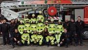 Stolz präsentieren sich die Knaben und Mädchen der Jugendfeuerwehr nach der Einkleidung mit dem Leiterteam vor dem Hubretter der Feuerwehr Kirchberg-Lütisburg. (Bild: Beat Lanzendorfer)