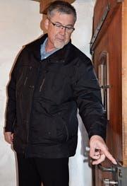 Bruno Metzger von der Kantonspolizei weist bei seinen Sicherheitsberatungen auf mögliche Schwachstellen an Türen und Fenstern hin. (Bild: Katharina Rutz)