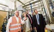 Karl Gschwend vom Nahrungsmittelproduzenten Hochdorf zeigt den Gästen in Sulgen die CO2-Recyclinganlage. Mit dabei sind die Thurgauer SVP-Nationalrätin Verena Herzog sowie Vertreter der beiden Firmen Asco und Messer. (Bild: Donato Caspari)