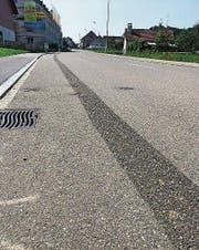 Bernrainstrasse: Links fehlt nun der Radstreifen, rechts dürfen die Velos das Trottoir nutzen. (Bild: ubr)