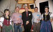 Zwei der neuen Ehrenmitglieder, Beat Metzger (links) und Roger Schläpfer (rechts) mit Präsident Dominik Zimmermann und den Ehrendamen. Michi Schwinn war verhindert. (Bild: GR)