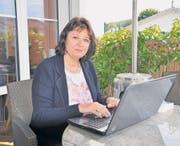 Sabine Ibing schreibt gerne und überall – auch in ihrem Garten. Soeben ist ihr zweites Buch erschienen. (Bild: Stefan Etter)