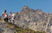 Wanderer im «alta Hees» vor der imposanten Kulisse der Madrisa. (Bild: Christoph Zweili)