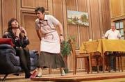 Angriff auf die Lachmuskeln: Die wütende Dorli (Mitte, Barbara Vetterli) stürmt auf Lilly (links, Angela Ullmann) zu. (Bild: Peter Spirig)