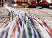 Der Glasfaser gehört die Zukunft. Doch lohnt es sich, die Kabel für viel Geld bis in die Haushalte zu verlegen? (Bild: ky/Carlo Reguzzi)