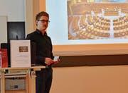 «Wollen wir das?» Maturand Raphael Wüthrich zeigt ein Bild des leeren Nationalratssaales. (Bild: PF)