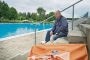 Auf den grossen Ansturm muss Dominique Assire, Chefbademeister vom Schwimmbad Hörnli in Kreuzlingen, vorerst noch warten. (Bild: Andrea Stalder)