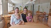 Anita und Markus Tobler mit ihren Kindern Maurus und Jasmin in der gemütlichen Gaststube. (Bild: ker)