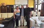 Christian Roth (Mitte) mit dem slowakischen Ehepaar in ihrem Brockenhaus in Jesenske in der Slowakei. (Bild: PD)