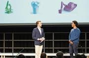 Moderator Julian Thorner (links) spricht an der OBA-Eröffnungsfeier mit dem Origami-Künstler Sipho Mabona. (Bild: Mareycke Frehner)