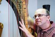 Der Bichelseer Daniel Zurlinden ist höchst konzentriert, während er eine Konzertharfe stimmt. (Bilder: Jörg Rothweiler)