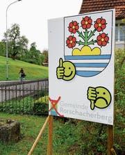 Daumen hoch fürs traditionelle Gemeindewappen, Daumen runter fürs neue Gemeindelogo: Mit diesen Plakaten rührt das Petitionskomitee die Werbetrommel. (Bild: Rudolf Hirtl)
