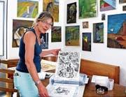 Sibylle Bühlmann stellt Kunstwerke ihres verstorbenen Mannes Erich W. Rutishauser aus. (Bild: Fritz Bichsel)