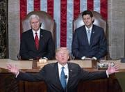 Donald Trump während seiner Rede zur Lage der Nation im US-Capitol. Hinter ihm sitzen der US-Vizepräsident Mike Pence (links) und der republikanische Sprecher des Repräsentantenhauses, Paul Ryan (rechts). (Bild: Andrew Harrer/Bloomberg (Washington, 30. Januar 2018))