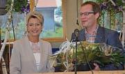 Der Thurgauer FDP-Präsident Walter Schönholzer bedankte sich bei Ständerätin Karin Keller-Sutter für ihre Ausführungen. (Bild: Christoph Heer)
