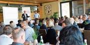 Thomas Niederberger beantwortet die Fragen der Gewerbemitglieder. Neben ihm Präsident Andreas Haueter. (Bild: Donato Caspari)