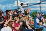 Fans und Angehörige der Spieler freuen sich über ein erzieltes Tor. (Bild: Fritz Heinze)