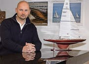 Stephan Fels vor einem Schärenkreuzer-Modell mit VM Sails. (Bild: Pavel Lindig)