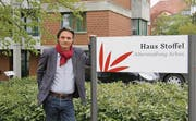Jürg Niggli vor einer der vier Liegenschaften der Genossenschaft Alterssiedlung Arbon, dem Haus Stoffel. (Bild: Ralf Rüthemann)
