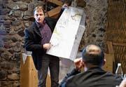 Referent Martin Frei mit der Gefahrenkarte der Stadt Amriswil. (Bild: Rita Kohn)
