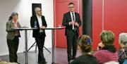 Alexander Sautter, Programmentwickler bei SRF (Mitte), und Hanspeter Krüsi, Mediensprecher der Kantonspolizei St. Gallen, unterhalten sich über den Umgang mit Tätern in den Medien. Das Gespräch leitete Ursel Kälin, Vorstandsmitglied Verein SRG Ostschweiz. (Bild: Jolanda Riedener)