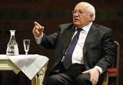 Michail Gorbatschow spricht nach einer Ehrung für seine Verdienste in der Semperoper in Dresden. (Bild: ap/Matthias Rietschel)