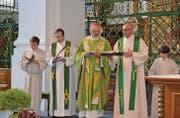 Kaplan Peter Maier, Bischof Michael Wüstenberg und Pfarrer Thomas Thalmann (von links), flankiert von zwei Ministranten, bei der Messe am Samstagabend in der Klosterkirche Neu St. Johann. (Bild: Adi Lippuner)