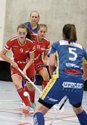 Anina Beck (vorne) und Seraphine Geiser lancieren einen Gegenangriff der Red Lions. (Bild: Mario Gaccioli)
