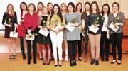 Vierzehn strahlende Gesichter drücken an der Abschlussfeier Freude und Erleichterung über den schulischen Erfolg aus. (Bild: Heidy Beyeler)