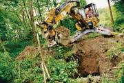 Blick ins Erdreich: Bagger reissen vier Meter tiefe Löcher in den Boden. (Bild: Susann Basler)