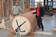 Willi Nagel und Felix Forster (von links) zeigen das von Fritz Rutz entwickelte Holzrohr für Fernwärme. (Bilder: Beat Lanzendorfer)