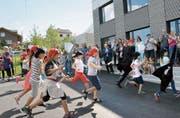 Die Primarschüler stürmen als Piraten verkleidet ihr neues Schulhaus in St. Margarethen. (Bild: Christoph Heer)