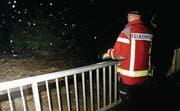 Nachtwache: Einsatzleiter Adrian Künzler beobachtet bei der SAK-Brücke den Fluss, um bei Verklausungen sofort reagieren zu können.