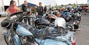 In Reih und Glied parkierten die stolzen Biker ihre Maschinen. (Bild: Barbara Hettich)