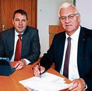 Schulpräsident Guido Etterlin und Stadtpräsident Thomas Müller präsentieren die Rechnung. (Bild: Fritz Bichsel)