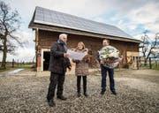 Gemeindepräsident Stephan Tobler und Energiekommissionspräsident Luzi Tanner übergeben Marlen Kuhn den Preis. (Bild: Reto Martin)