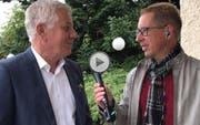 Roger Fuchs (rechts) interviewt Moderator Röbi Koller. (Bild: Screenshot)