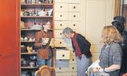 Was ist denn da drin? Heidi Eisenhut, Leiterin der Ausserrhoder Kantonsbibliothek, zeigt Fundstücke aus dem Küchenschrank.