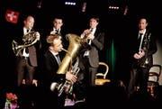 Markus Hauenstein spielt ein Solo auf der Tuba, begleitet von Thomas Gmünder, Patrik Arnold, Christoph Luchsinger und Xaver Sonderegger. (Bild: Barbara Hettich)