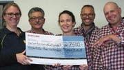 Die Udinesefest-Organisatoren übergeben der Stiftung Sternschnuppe den Check über 7500 Franken. (Bild: PD)