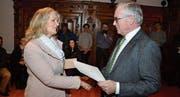 Ortsgemeindepräsident Norbert Hodel übergibt den frisch Eingebürgerten den Bürgerbrief. (Bild: PD)