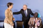 Bundesrätin Simonetta Sommaruga mit dem EU-Kommissar für Migration, Dimitris Avramopoulos (Mitte), und Abdramane Sylla von der Regierung Malis nach der Pressekonferenz zum gestrigen Treffen der Kontaktgruppe zentrales Mittelmeer. (Bild: PETER KLAUNZER (KEYSTONE))