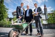 Sascha Heyer und Markus Keller vom Verein Sandsporthalle sowie Botschafter Patrick Heuscher vor dem Schloss Frauenfeld. (Bild: Reto Martin)