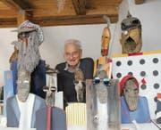 Hans-Ulrich Steger mit einigen seiner dreidimensionalen Karikaturen, den «Findelgrindern», die unter anderem aus alten Schuhsohlen bestehen. (Bild: Martin Knoepfel)