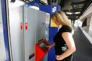 Am Bahnhof in Neukirch-Egnach malträtierten Unbekannte einen solchen SBB-Automaten mit Kaugummi. (Bild: STEFFEN SCHMIDT (KEYSTONE))